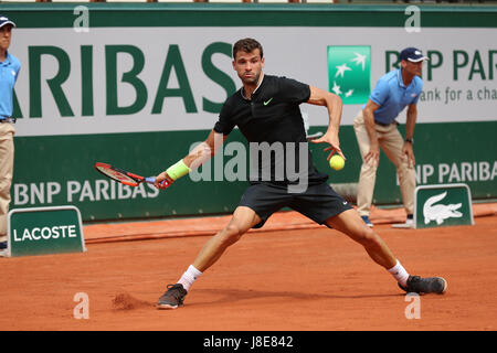 Paris, France. 28th May, 2017. Bulgarian player Grigor Dimitrov is in action during his match in the 1st round of the ATP French Open in Roland Garros vs French player Stephane Robert on May 28, 2017 in Paris, France. - ©Yan Lerval/Alamy Live News Stock Photo