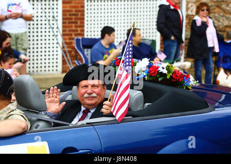 Westminster, Maryland, USA. 29th May, 2017. A veteran waves to spectators while taking part in parades for Memorial - Stock Photo