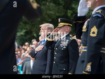 Arlington, USA. 29th May, 2017. U.S. President Donald Trump stands with Army Maj. Gen. Michael Howard during the - Stock Photo