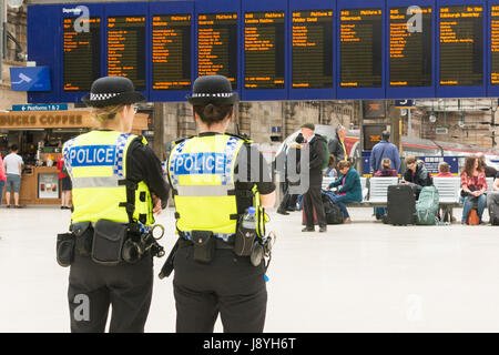 Police officers in Glasgow Central Station, Scotland, UK - Stock Photo