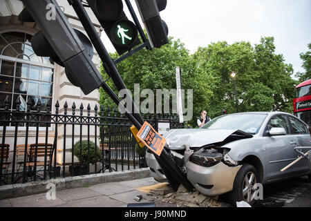 London, UK. 30th May, 2017. A Mazda car which left the road and hit a traffic light in Harley Street. Emergency - Stock Photo