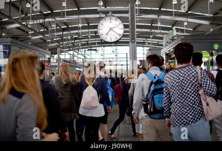 Commuters walk across a station at the S-Bahn (city train) station Ostkreuz in Berlin, Germany, 31 May 2017. Photo: - Stock Photo