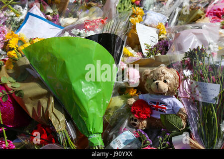 Manchester, UK. 31st May, 2017. A sea of flowers, teddies & balloons fill St. Ann's square, Manchester, as a tribute - Stock Photo