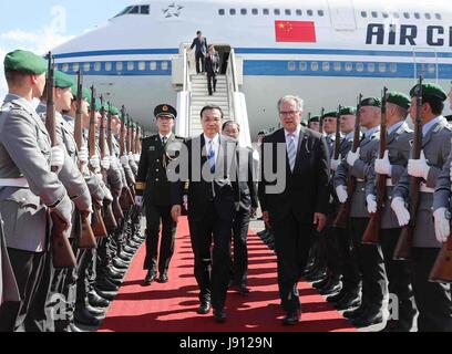 Berlin, Germany. 31st May, 2017. Chinese Premier Li Keqiang arrives in Berlin, Germany, May 31, 2017. Li is in Berlin - Stock Photo