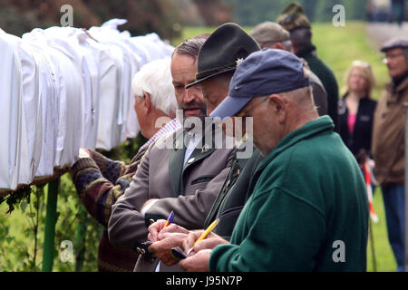Benneckenstein, Germany. 5th June, 2017. Visitors next to birdcages containing a chaffinches in Benneckenstein, - Stock Photo