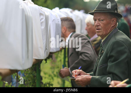 Benneckenstein, Germany. 5th June, 2017. Visitors next to birdcages containing chaffinches in Benneckenstein, Germany, - Stock Photo