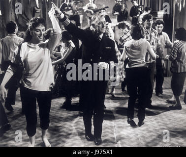 BARNACLE BILL UK 1957 Charles Frend The dancing ALEC GUINNESS as captain William Horatio Ambrose. Regie: Charles - Stock Photo