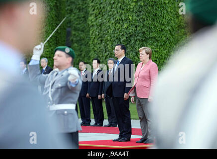Berlin, Germany. 31st May, 2017. Chinese Premier Li Keqiang attends a welcome ceremony held by German Chancellor - Stock Photo