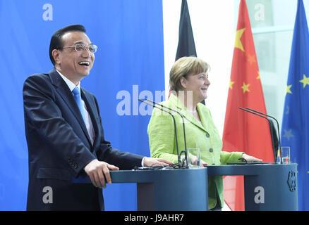 Berlin, Germany. 1st June, 2017. Chinese Premier Li Keqiang and his German counterpart Angela Merkel meet reporters - Stock Photo