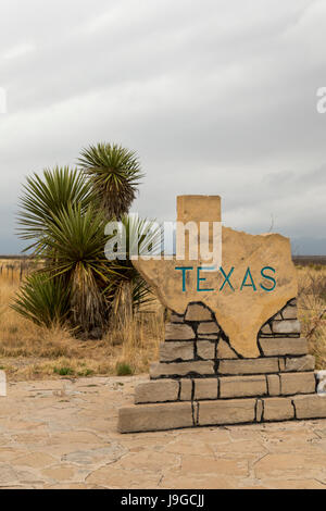 Pine Springs, Texas - A sign on US Highway 180/62 welcomes travelers from New Mexico to Texas. - Stock Photo