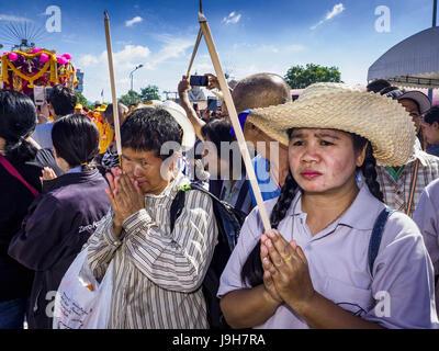 Samut Sakhon, Samut Sakhon, Thailand. 2nd June, 2017. People pray as the City Pillar Shrine is taken through the - Stock Photo
