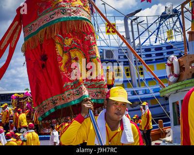 Samut Sakhon, Samut Sakhon, Thailand. 2nd June, 2017. Participants in the parade for the City Pillar Shrine get - Stock Photo