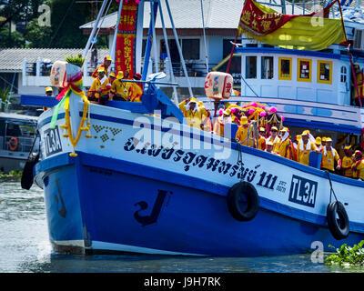 Samut Sakhon, Samut Sakhon, Thailand. 2nd June, 2017. Boats carrying the devotees of the City Pillar Shrine sail - Stock Photo