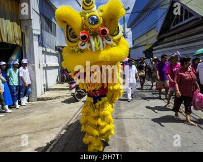 Samut Sakhon, Samut Sakhon, Thailand. 2nd June, 2017. Lion dancers perform during the parade for the City Pillar - Stock Photo