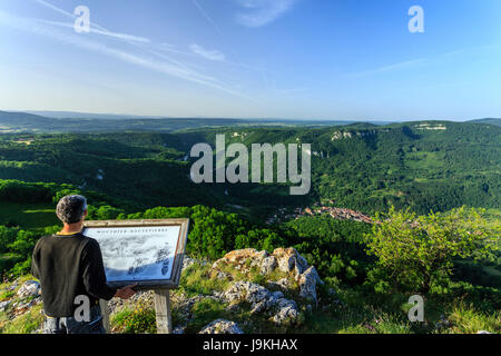 France, Doubs, Mouthier Haute Pierre, Roche de Hautepierre lookout, view on the Loue valley and the village of Mouthier - Stock Photo