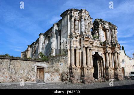 Ruinas de Iglesia en La Antigua Guatemala, ciudad colonial patrimonio cultural de la humanidad segun la UNESCO, cuenta con muchas escuelas de español.