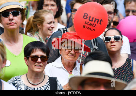 Karlsruhe, Germany. 3rd June, 2017. A woman holds up a balloon reading 'Bunt statt braun' (lit. 'Colourful instead - Stock Photo