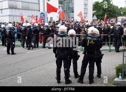 Karlsruhe, Germany. 3rd June, 2017. Policemen seperate a leftist protest and a rightist demonstration in the district - Stock Photo