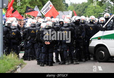 Karlsruhe, Germany. 3rd June, 2017. dpatop - Policemen seperate a leftist protest and a rightist demonstration in - Stock Photo