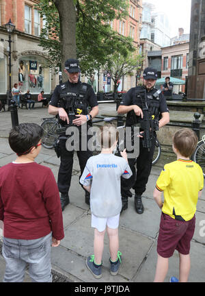 Manchester, UK. 3rd June, 2017. Youngsters stop to chat with armed police, St Anns Square, Manchester, 3rd June, - Stock Photo