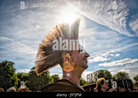 Cambridge, UK. 3rd June, 2017. Revellers enjoy themselves in the sun at the annual Strawberry Fair held on Midsummer - Stock Photo