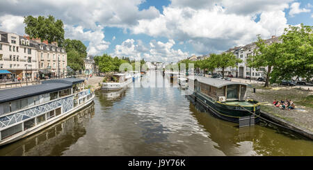 The edges of Erdre river from the Saint-Mihiel bridge (Nantes, France) - Stock Photo
