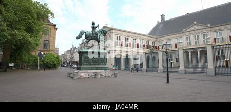 Noordeinde Palace, central The Hague (Den Haag), Netherlands with Equestrian statue of William Of Orange (1533-84) - Stock Photo