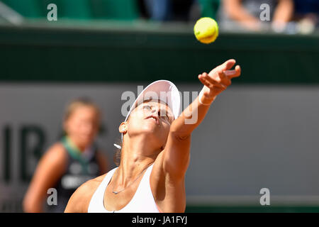 Paris. 4th June, 2017. Magda Linette of Poland serves the ball to Elina Svitolina of Ukraine during the women's - Stock Photo