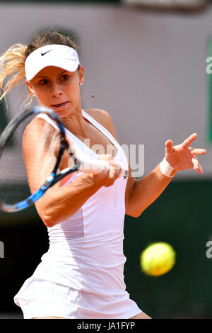 Paris. 4th June, 2017. Magda Linette of Poland returns the ball to Elina Svitolina of Ukraine during the women's - Stock Photo