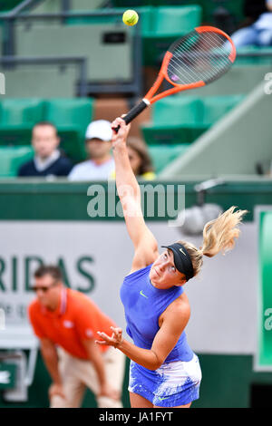 Paris. 4th June, 2017. Elina Svitolina of Ukraine serves during the women's singles 3rd round match against Magda - Stock Photo