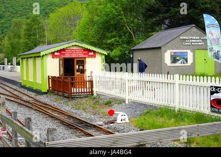 Narrow Gauge railway around Llyn Padarn at Llanberis, Gwynedd, North Wales, UK. - Stock Photo