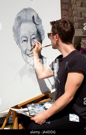 Artist William Thompson painting a portrait of the Qheen prior to her arrival at RHS Chelsea Flower Show 2017 - Stock Photo