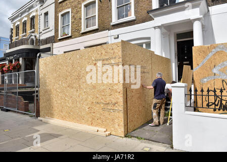 London, UK.  24 August 2017. Owners begin to board up the front of their properties ahead of the Notting Hill Carnival, - Stock Photo