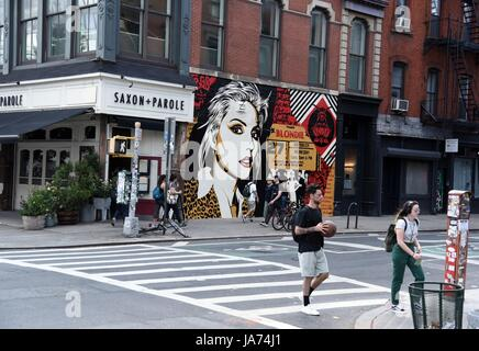 New York, USA. 24th Aug, 2017. Street Art out and about for Shepard Fairey Unveiled New Mural of Blondie's Debbie Harry, across from the old CBGB's at Bowery and Bleecker, New York, NY August 24, 2017. Credit: Everett Collection Inc/Alamy Live News