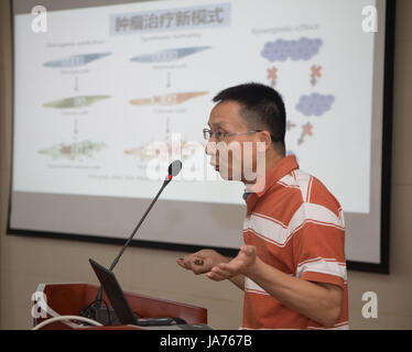 (170825) -- BEIJING, Aug. 25, 2017 (Xinhua) -- Lin Wenchu introduces academic research progress to media in Hefei, - Stock Photo