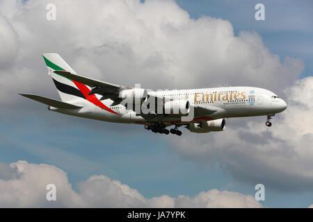 London Heathrow, Großbritannien - 25. Mai 2013: Ein Airbus A380 der Emirates mit der Kennung A6-EDR landet auf dem Flughafen London Heathrow (LHR). Der Airbus A380 Superjumbo ist das größte Passagierflugzeug der Welt. Emirates ist eine staatliche Fluggesellschaft mit Sitz in Dubai in den Vereinigten Arabischen Emiraten und der größte Betreiber der A380.