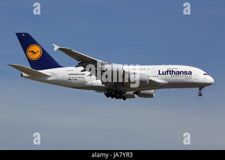 Frankfurt, Deutschland - 19. Juni 2013: Ein Airbus A380 der Lufthansa mit der Kennung D-AIMA landet auf dem Flughafen von Frankfurt (FRA). Lufthansa ist die größte Fluggesellschaft in Europa mit insgesamt 665 Flugzeugen und ca. 103 Mio. Passagieren im Jahr 2012. Der Airbus A380 ist das größte Passagierflugzeug der Welt.