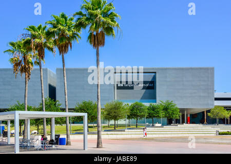 The Tampa Museum of Art's angular, modern, industrial architecture adds interest to the Curtis Hixon Waterfront - Stock Photo