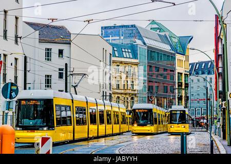 Berlin: Straßenbahnen an einer Haltestelle in Mitte; Tramways in Berlin