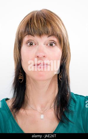 Kopf-und-Schulter-Aufnahme einer jungen Frau mit Blick in die Kamera und einer geste des Nichtverständnisses - Stock Photo