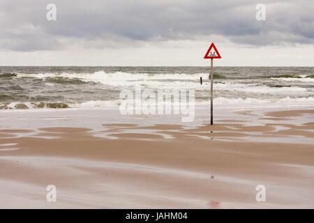 Warnschild Ertrinken an der Nordsee, danger label drowning at the North Sea - Stock Photo