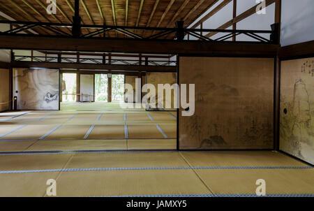 Interior of Kuri building at Ryoanji temple, with tatami mats and painted screens - Stock Photo