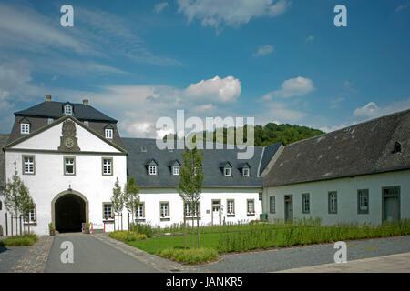 BRD, Nordrhein-Westfalen, Hochsauerlandkreis, Meschede, Schloss Lager, Ökonomiegebäude mit Tor in den Innenbereich - Stock Photo