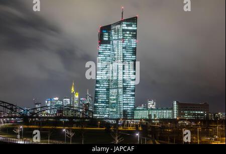 ARCHIV - Die Fenster der Europäischen Zentralbank (EZB) sind am 04.01.2017 in Frankfurt am Main (Hessen) am Abend - Stock Photo