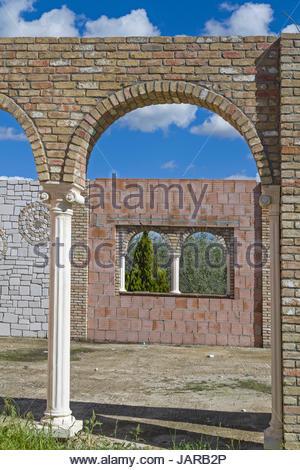 Moderne Bauruine in klassisch römischen Stil - unvollendet und aufgegeben dient diese moderne Bauruine  einerseits - Stock Photo