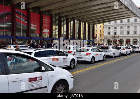 Line of taxis waiting in front of Roma Termini (Stazione Termini) Rome's main public transport terminal - Stock Photo