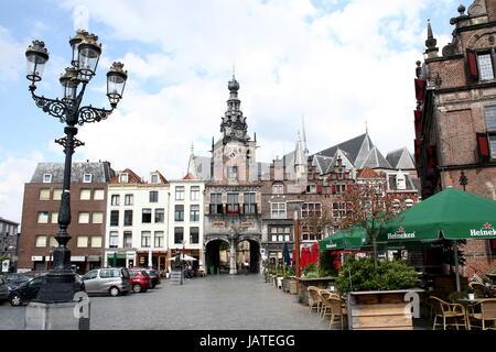 Old houses and historic façades at Grote Markt square, centre of Nijmegen, Netherlands. Grote or Stevenskerk in - Stock Photo