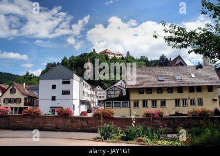 Kleinstadt und Schloss im Nordschwarzwald; Häuser und Schlossberg, blauer Himmel mit weißen Wolken Little town and - Stock Photo