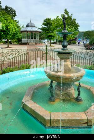 The fountain and bandstand at Dartmouth Park, Devon, England. - Stock Photo