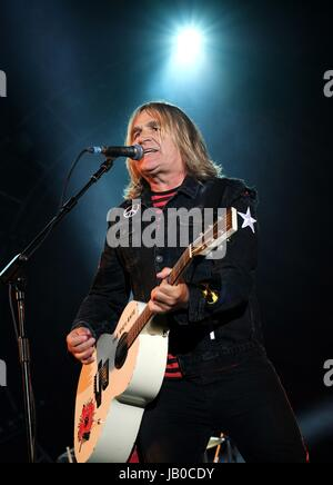 Newport, Isle of Wight, UK. 8th June, 2017. Isle of Wight Festival Day 1 - Mike Peters with Welsh band The Alarm - Stock Photo